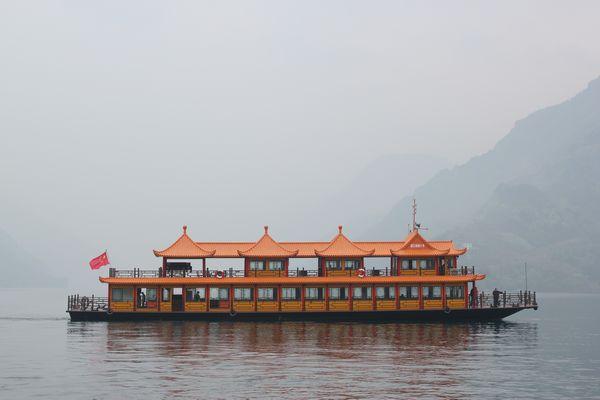 宜昌清江画廊倒影峡旅游景区,建设清江大佛游览区、清江影画观赏区