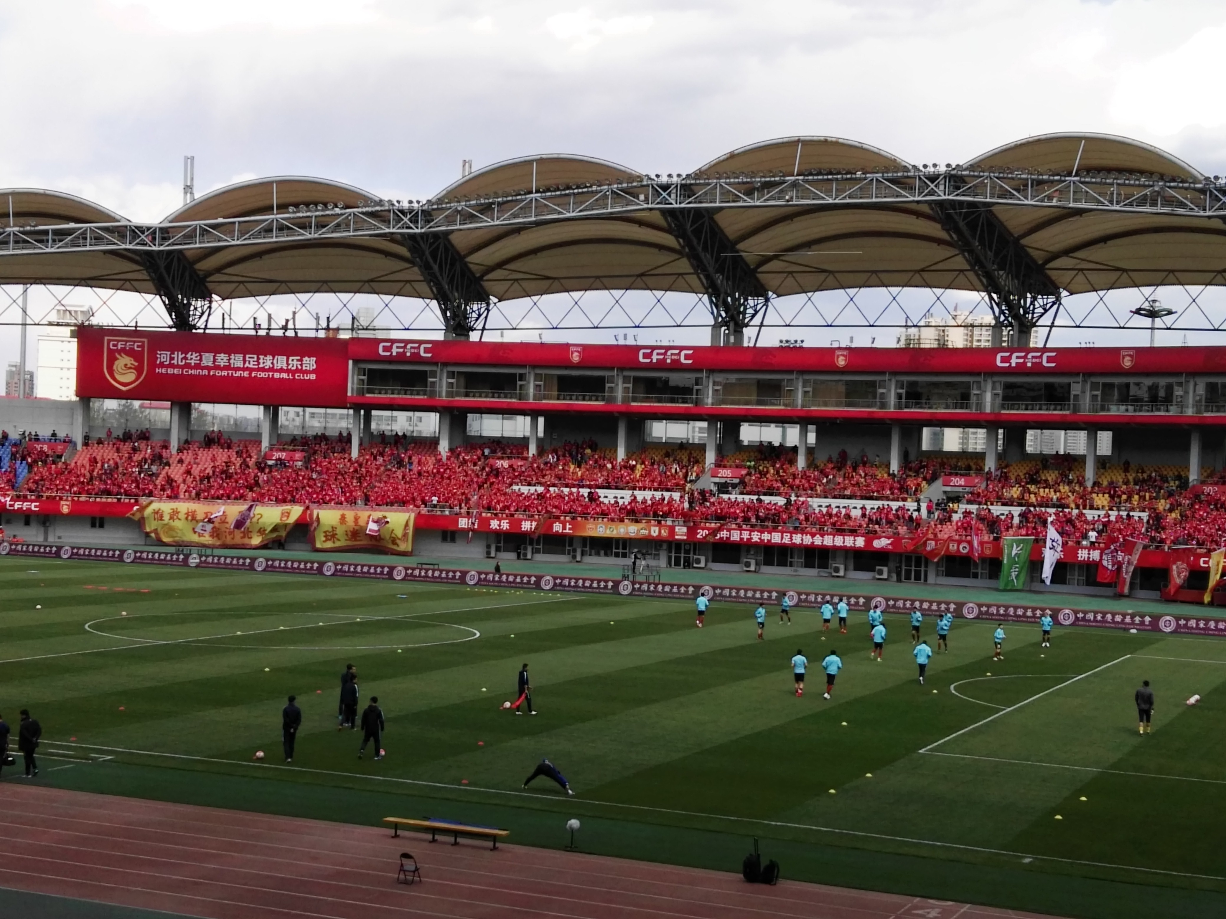 2016年中国顶级联赛/中超升班马--河北华夏幸福足球队主场就社在这里--秦皇岛奥体中心,作为一项顶级赛事,华夏幸福足球队每个主场作战都吸引各地数万名球迷来此观看。 秦皇岛原本就有足球城的美誉,是2008年北京奥运会为数不多的协办城市之一,而且中国足球学校、国家体育中心秦皇岛训练基地坐落在此,如今有了一只中国顶级联赛的球队,更为这个城市增添了活力与魅力! 以下是2016年华夏幸福足球队全赛程表: