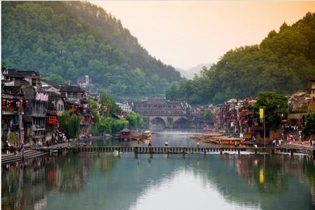 6月:凤凰古城、魔鬼栈道、矮寨大桥、墨绒苗寨纯玩双卧四日游