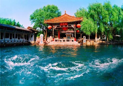 """济南位于黄河之南,大明湖畔,自然风光秀丽,是著名的""""泉城"""",有72名泉"""