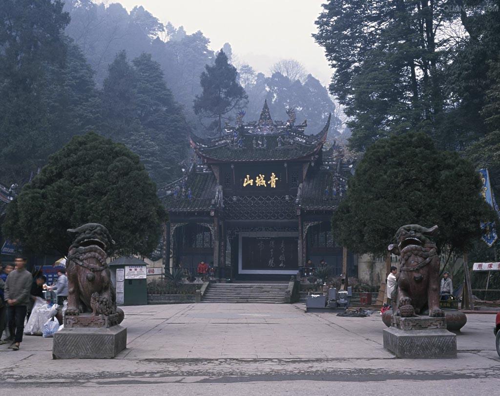 古城的盡頭的玉壘山牌坊,前行進入城隍廟/八角廟/文廟,然后前往景區