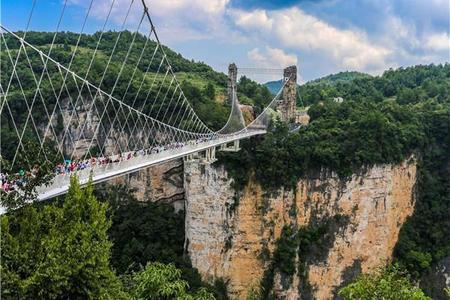 大峡谷玻璃桥、网红芙蓉镇、魅力湘西晚会、凤凰古城、天门山