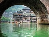 天门山(玻璃栈道)、黄龙洞、魅力湘西歌舞晚会、凤凰古城双飞